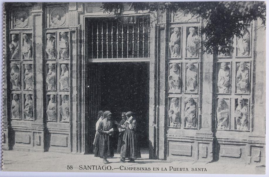 Postal de la Puerta Santa de la Catedral de Santiago que forma parte de la muestra 'Camiño ComPostal'