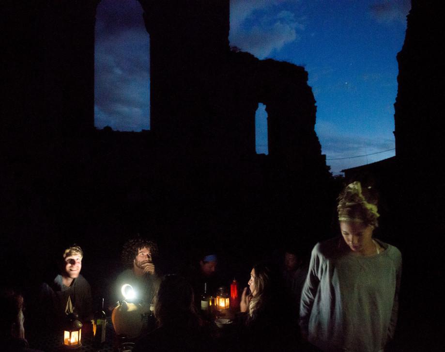 Peregrinos pasando la noche en el Monasterio de San Antón