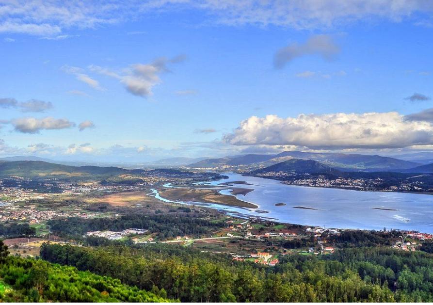 Vista de la desembocadura del Miño desde el Monte Santa Trega, en A Guarda