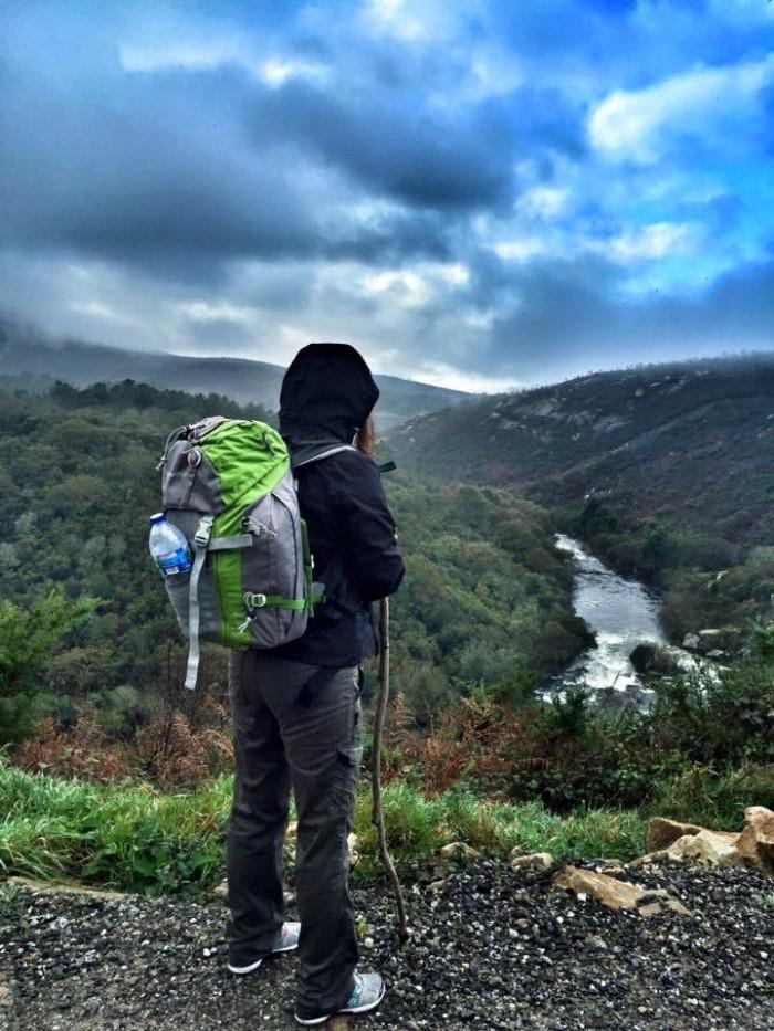 Peregrino haciendo el Camino de Santiago solo