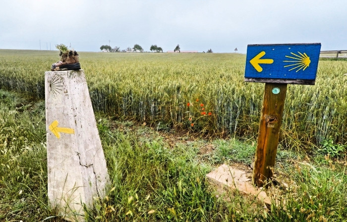 Flecha amarilla y concha amarilla, señales del Camino de Santiago