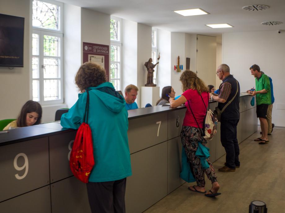 Recogida de la Compostela en la Oficina del Peregrino de Santiago