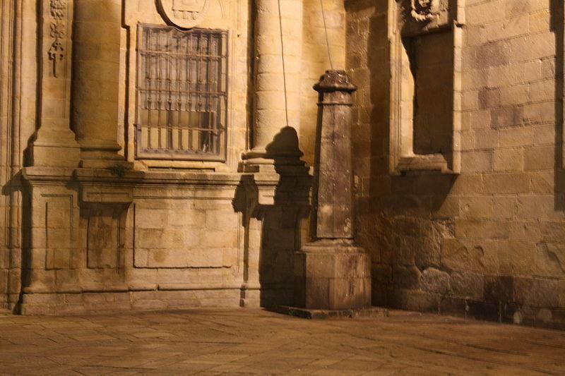 Peregrino en la plaza de la Quintana, en Santiago de Compostela