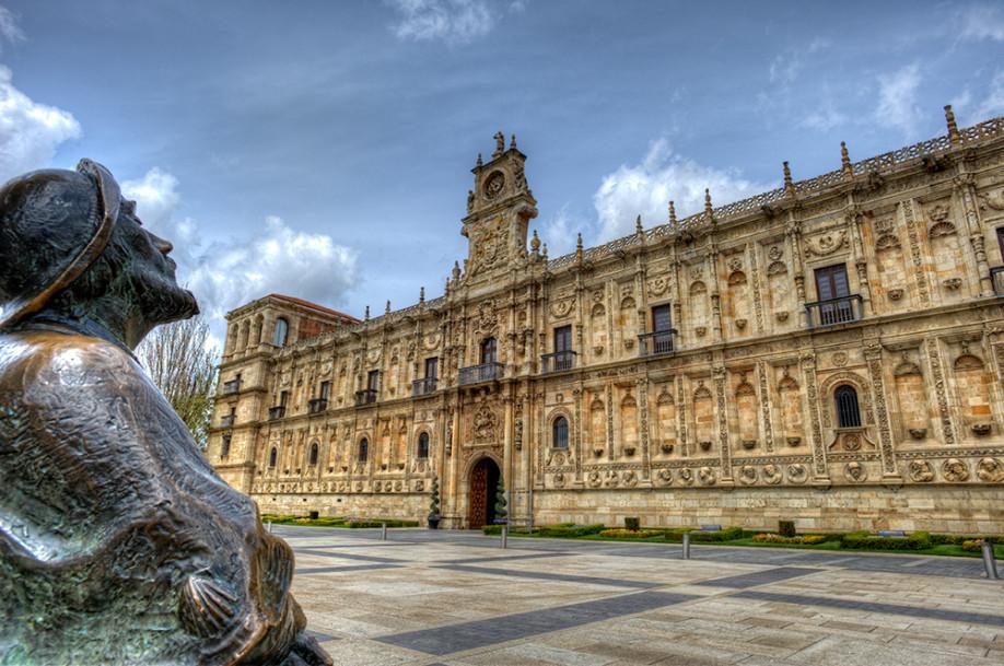 Estatua de peregrino frente al Parador de San Marcos de León, antiguo hospital de peregrinos