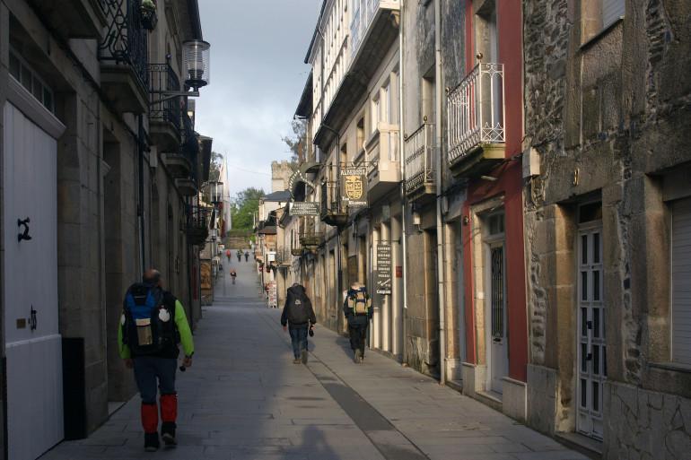 Peregrinos realizando el Camino de Santiago desde Sarria