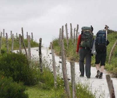 Peregrino recorriendo la etapa Ribadesella - Sebrayo