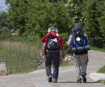 Peregrinos llegando a Ribadeveva en el Camino del Norte