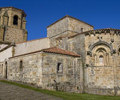 Iglesia románica de Bareyo en el Camino del Norte