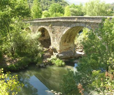 Puente medieval sobre el río Porma en el Camino Francés