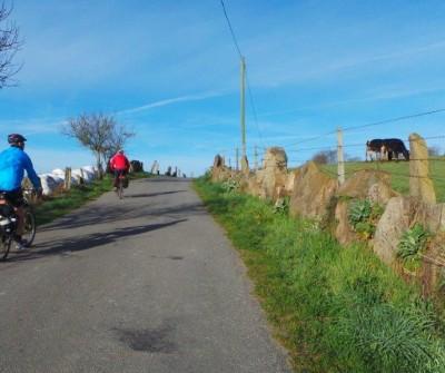 Bicigrino a la salida de Portomarín, en el Camino Francés