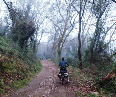 Bicigrino a la salida de Sarria en el Camino Francés