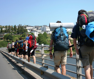 Peregrinos entrando en Portomarín, en el Camino Frnacés