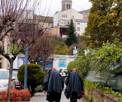 Peregrinos a su paso por Sarria, en el Camino Francés