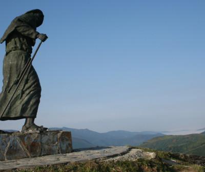 Peregrino en el alto de San Roque, en el Camino Francés