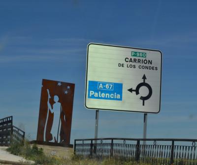 Peregrino a la entrada de Boadilla del Camino, en el Camino de Santiago Francés