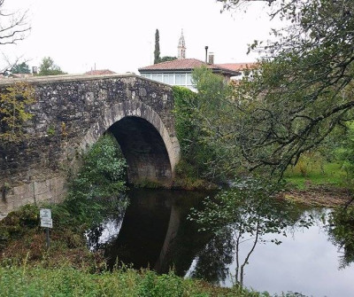 Puente sobre el río Furelos a la entrada de Melide