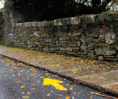 Flecha amarilla en las calles de Sarria, en el Camino Francés