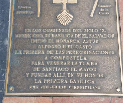Señalización del inicio del Camino Primitivo en Oviedo