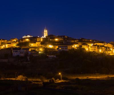 Vista nocturna de Puebla de Sanabria, en el Camino Sanabrés
