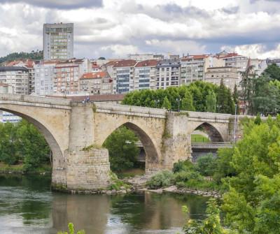 Puente viejo de Ourense por el que entran los peregrinos